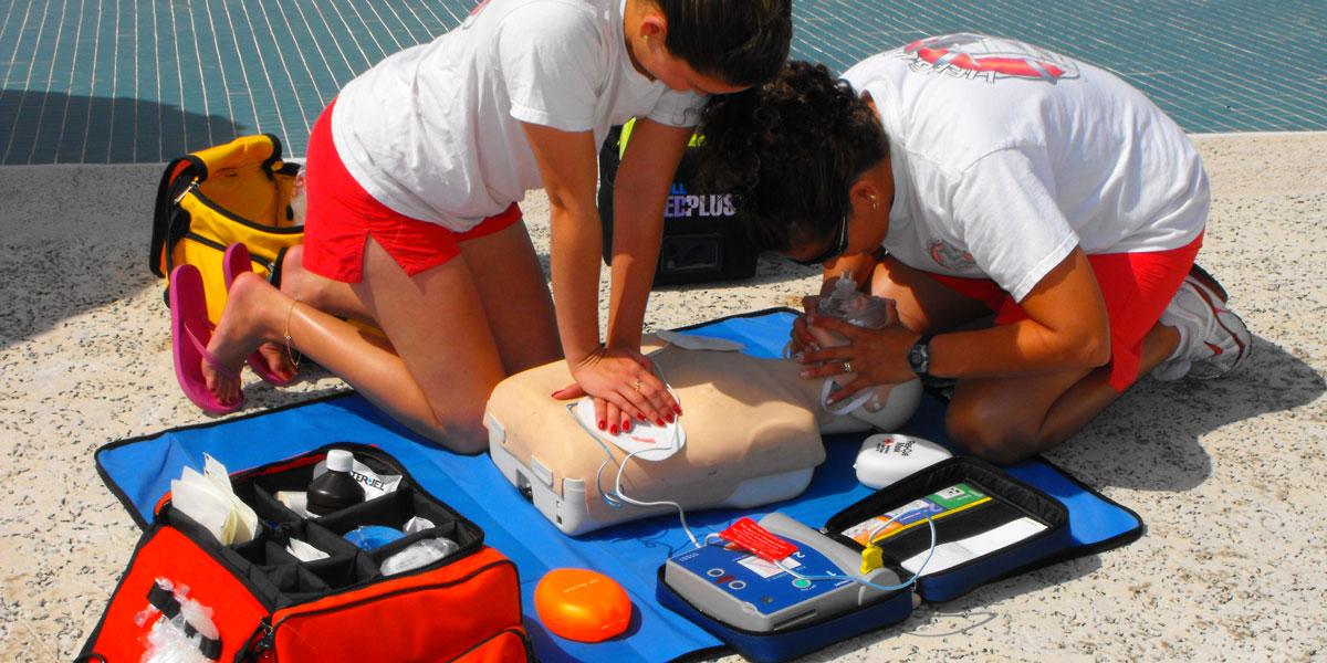 Defibrillatore portatile DAE in spiaggia